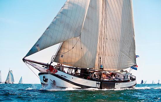 Segel in Holland. mit dem Plattbodenschiff auf dem Ijsselmeer ab Stavoren