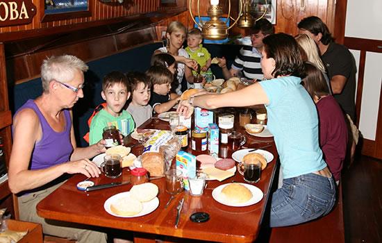 Frühstück an Bord - Segeln mit der Familie und Freunden auf dem Ijssedmeer